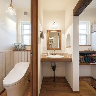他の地域のカントリー風おしゃれなトイレ・洗面所 (白い壁、無垢フローリング、オーバーカウンターシンク、茶色い床) の写真