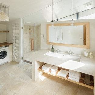 Inspiration för klassiska toaletter, med vita väggar, beiget golv och öppna hyllor