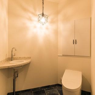 他の地域のモダンスタイルのおしゃれなトイレ・洗面所 (フラットパネル扉のキャビネット、白いキャビネット、白い壁、コンソール型シンク、青い床) の写真