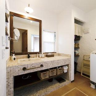 Imagen de aseo asiático con armarios abiertos, paredes blancas, suelo de madera en tonos medios, lavabo encastrado y suelo marrón