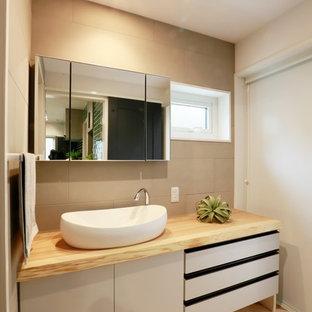 他の地域のコンテンポラリースタイルのおしゃれなトイレ・洗面所 (フラットパネル扉のキャビネット、グレーのキャビネット、グレーの壁、淡色無垢フローリング、ベッセル式洗面器、木製洗面台、ベージュの床、ベージュのカウンター) の写真