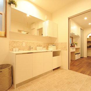Diseño de aseo de estilo de casa de campo con paredes blancas, suelo vinílico, lavabo integrado, suelo beige y encimeras blancas