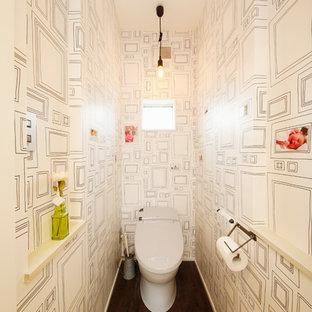 他の地域のコンテンポラリースタイルのおしゃれなトイレ・洗面所 (一体型トイレ、白い壁、濃色無垢フローリング、茶色い床) の写真