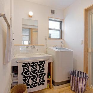 他の地域のアジアンスタイルのおしゃれなトイレ・洗面所 (オープンシェルフ、白い壁、淡色無垢フローリング、オーバーカウンターシンク、茶色い床) の写真