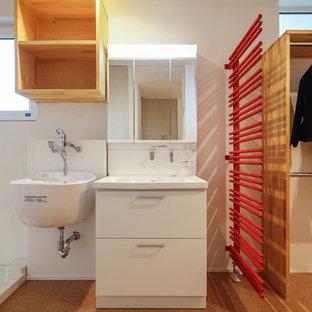 Idee per un bagno di servizio etnico di medie dimensioni con ante a filo, ante in legno scuro, WC monopezzo, pareti bianche, pavimento in sughero, lavabo integrato, top in legno, pavimento arancione e top bianco