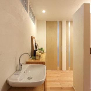 Foto de aseo de estilo zen, de tamaño medio, con paredes blancas, suelo de madera en tonos medios y suelo rosa