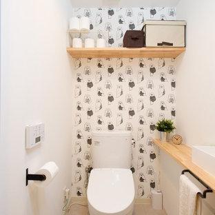 Ejemplo de aseo asiático con sanitario de una pieza, paredes blancas, lavabo sobreencimera, encimera de madera, suelo beige y encimeras beige