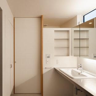 東京23区のおしゃれなトイレ・洗面所 (オープンシェルフ、白いタイル、セラミックタイル、クッションフロア、オーバーカウンターシンク、ステンレスの洗面台、グレーの床、フローティング洗面台、塗装板張りの天井、塗装板張りの壁) の写真