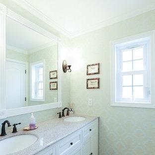 他の地域の大きいトラディショナルスタイルのおしゃれなトイレ・洗面所 (家具調キャビネット、白いキャビネット、緑の壁、クッションフロア、オーバーカウンターシンク、人工大理石カウンター、白い床) の写真