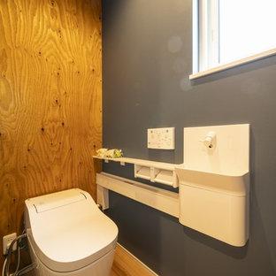 他の地域の中くらいのモダンスタイルのおしゃれなトイレ・洗面所 (オープンシェルフ、淡色木目調キャビネット、一体型トイレ、白いタイル、白い壁、淡色無垢フローリング、アンダーカウンター洗面器、人工大理石カウンター、ベージュの床、ベージュのカウンター) の写真