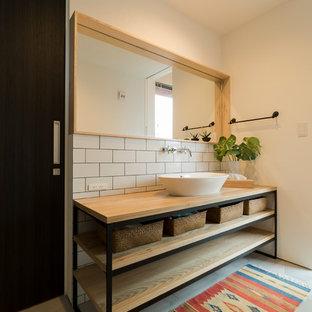 他の地域の北欧スタイルのおしゃれなトイレ・洗面所 (オープンシェルフ、白い壁、コンクリートの床、ベッセル式洗面器、木製洗面台、グレーの床) の写真