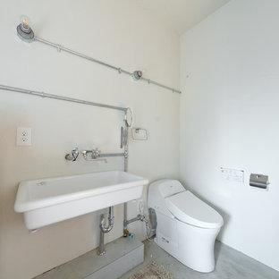 大阪の中サイズのインダストリアルスタイルのおしゃれなトイレ・洗面所 (一体型トイレ、青い壁、モザイクタイル、ペデスタルシンク、白い床、白い洗面カウンター) の写真