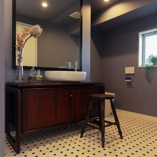 名古屋のミッドセンチュリースタイルのおしゃれなトイレ・洗面所 (茶色いキャビネット、グレーの壁、フラットパネル扉のキャビネット、ベッセル式洗面器、木製洗面台、マルチカラーの床、ブラウンの洗面カウンター) の写真