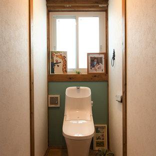 他の地域のアジアンスタイルのトイレ・洗面所の画像 (マルチカラーの壁、無垢フローリング、茶色い床)