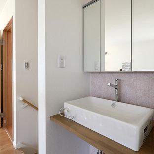 На фото: туалет среднего размера в стиле кантри с фиолетовыми стенами, полом из винила, настольной раковиной, столешницей из искусственного камня, коричневым полом и коричневой столешницей с