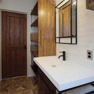 Idee per un bagno di servizio etnico con nessun'anta, piastrelle bianche, piastrelle in gres porcellanato, pareti bianche, pavimento in vinile, lavabo integrato, top in superficie solida e pavimento marrone