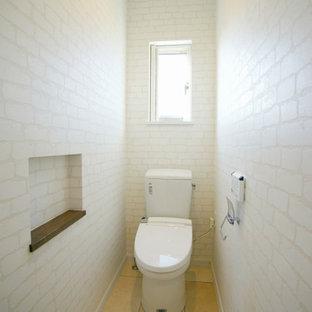 Imagen de aseo papel pintado, nórdico, pequeño, con sanitario de una pieza, suelo beige, papel pintado, paredes blancas y suelo de baldosas de terracota