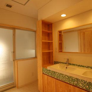 Неиссякаемый источник вдохновения для домашнего уюта: туалет в скандинавском стиле с плоскими фасадами, светлыми деревянными фасадами, белыми стенами, полом из винила и раковиной с несколькими смесителями