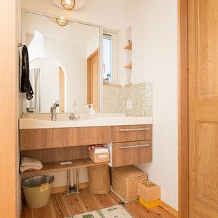 Foto de aseo asiático con armarios con paneles lisos, puertas de armario marrones, paredes blancas, suelo de madera en tonos medios y suelo marrón