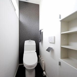 札幌のアジアンスタイルのおしゃれなトイレ・洗面所 (黒い床) の写真