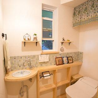 Стильный дизайн: туалет в скандинавском стиле с открытыми фасадами, коричневыми фасадами, белыми стенами, светлым паркетным полом, накладной раковиной, столешницей из дерева, коричневым полом и коричневой столешницей - последний тренд