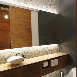 他の地域の和風のおしゃれなトイレ・洗面所 (フラットパネル扉のキャビネット、ヴィンテージ仕上げキャビネット、グレーの壁、ベッセル式洗面器、白い床) の写真