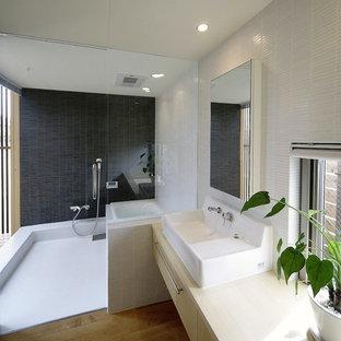 名古屋のモダンスタイルのおしゃれなトイレ・洗面所 (フラットパネル扉のキャビネット、ベージュのキャビネット、白い壁、無垢フローリング、ベッセル式洗面器、木製洗面台、茶色い床、ベージュのカウンター) の写真
