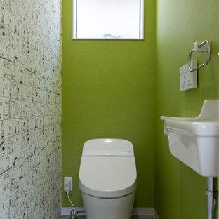 他の地域のモダンスタイルのおしゃれなトイレ・洗面所 (マルチカラーの壁、コンソール型シンク、グレーの床) の写真