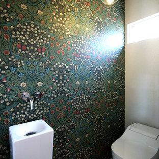 他の地域のモダンスタイルのおしゃれなトイレ・洗面所 (オープンシェルフ、一体型トイレ、白いタイル、磁器タイル、白い壁、クッションフロア、一体型シンク、人工大理石カウンター、茶色い床) の写真
