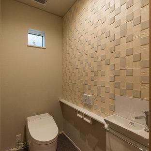 Kleine Moderne Gästetoilette mit beigefarbenen Fliesen, Keramikfliesen, beiger Wandfarbe, Vinylboden, braunem Boden und weißer Waschtischplatte in Sonstige