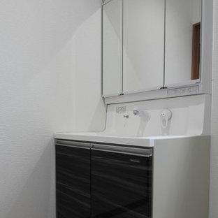 Новый формат декора квартиры: туалет в стиле модернизм с коричневой плиткой, керамогранитной плиткой, белыми стенами, полом из винила, врезной раковиной и белым полом