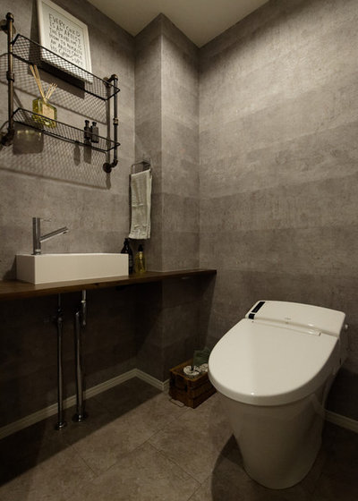 Industrial Powder Room by 株式会社エイダイハウジング