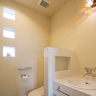 他の地域の北欧スタイルのおしゃれなトイレ・洗面所 (オープンシェルフ、ベージュの壁、オーバーカウンターシンク、タイルの洗面台、ベージュの床、白い洗面カウンター) の写真