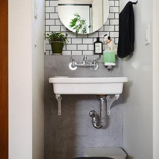 他の地域のモダンスタイルのおしゃれなトイレ・洗面所 (オープンシェルフ、白いタイル、磁器タイル、壁付け型シンク) の写真
