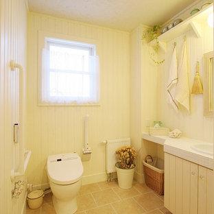 Стильный дизайн: большой туалет в стиле шебби-шик с бежевыми фасадами, бежевыми стенами, полом из терракотовой плитки, столешницей из плитки, бежевым полом и белой столешницей - последний тренд