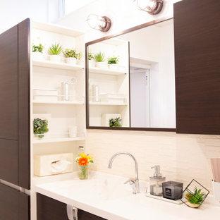 Пример оригинального дизайна: маленький туалет в стиле модернизм с фасадами островного типа, темными деревянными фасадами, белой плиткой, керамической плиткой, полом из фанеры, монолитной раковиной, столешницей из искусственного камня, белым полом, белой столешницей, встроенной тумбой, потолком с обоями и обоями на стенах