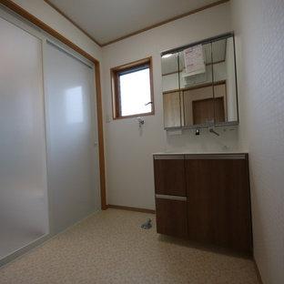 Mittelgroße Moderne Gästetoilette mit braunen Schränken und lila Waschtischplatte in Sonstige