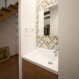 Idee per un bagno di servizio moderno con ante a filo, ante in legno chiaro, piastrelle marroni, piastrelle a mosaico, pareti bianche, lavabo integrato, pavimento multicolore e top marrone
