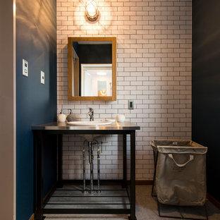 他の地域のインダストリアルスタイルのおしゃれなトイレ・洗面所 (マルチカラーの壁、グレーの床) の写真
