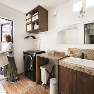 Esempio di un bagno di servizio con ante con riquadro incassato, ante in legno bruno, piastrelle marroni, piastrelle a mosaico, pareti bianche, pavimento in terracotta, lavabo da incasso, top piastrellato, pavimento arancione e top marrone