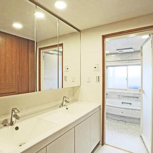 Идея дизайна: большой туалет в классическом стиле с стеклянными фасадами, белыми стенами, мраморным полом, белым полом и белой столешницей