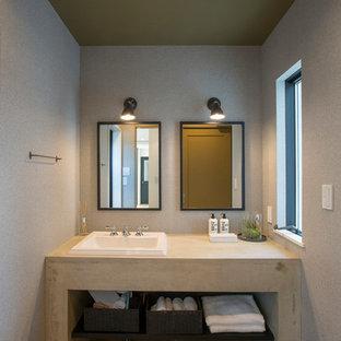 名古屋のインダストリアルスタイルのおしゃれなトイレ・洗面所 (オープンシェルフ、グレーの壁、無垢フローリング、オーバーカウンターシンク、茶色い床) の写真