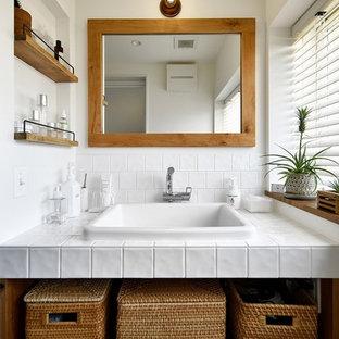 トランジショナルスタイルのおしゃれなトイレ・洗面所 (オープンシェルフ、白い壁、オーバーカウンターシンク、白い洗面カウンター) の写真
