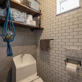 他の地域のコンテンポラリースタイルのおしゃれなトイレ・洗面所 (マルチカラーの壁) の写真