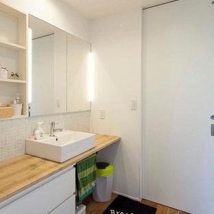 他の地域の中くらいの北欧スタイルのおしゃれなトイレ・洗面所 (ベージュのタイル、モザイクタイル、白い壁、淡色無垢フローリング、ベッセル式洗面器、ベージュの床、ベージュのカウンター、フラットパネル扉のキャビネット、白いキャビネット) の写真