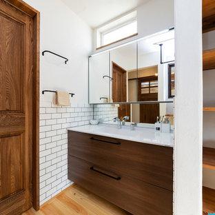 名古屋のインダストリアルスタイルのおしゃれなトイレ・洗面所 (白いタイル、白い壁、無垢フローリング、マルチカラーの床) の写真