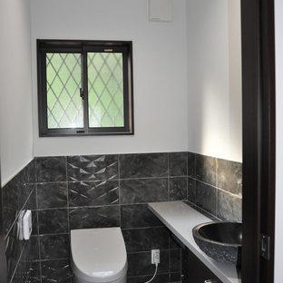 他の地域のモダンスタイルのトイレ・洗面所の画像 (白い壁、ベッセル式洗面器、白い床、白い洗面カウンター)