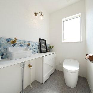 Nordische Gästetoilette mit weißer Wandfarbe, Aufsatzwaschbecken und grauem Boden in Sonstige