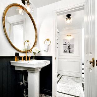 東京23区のヴィクトリアン調のおしゃれなトイレ・洗面所 (白い壁、セメントタイルの床、黒い床、コンソール型シンク) の写真
