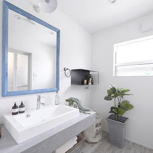 名古屋のビーチスタイルのトイレ・洗面所の画像 (白い壁、塗装フローリング、ベッセル式洗面器、グレーの床)